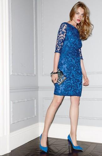 Cómo combinar: vestido ajustado de encaje azul, zapatos de tacón de ante azules, cartera sobre de cuero con print de serpiente azul