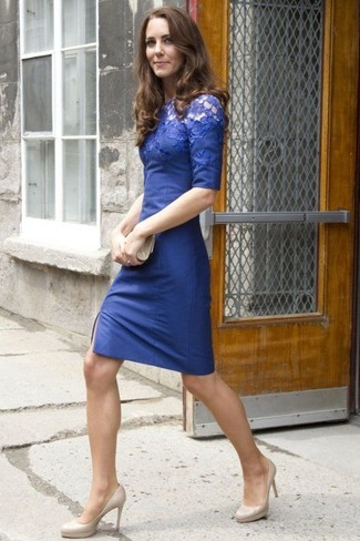 Cómo combinar: vestido ajustado de encaje azul, zapatos de tacón de cuero en beige, cartera sobre de cuero en beige