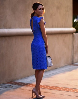 Cómo combinar: vestido ajustado de encaje azul, zapatos de tacón de cuero marrón claro, cartera sobre de cuero gris