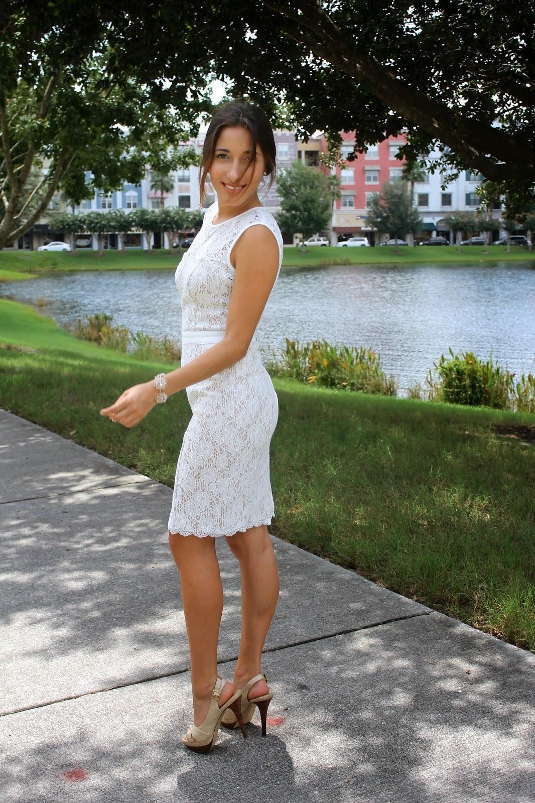 615456d9 Cómo combinar: vestido ajustado de encaje blanco, sandalias de tacón de  cuero en beige
