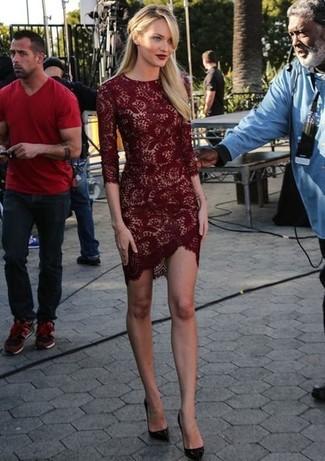 Look de Candice Swanepoel: Vestido Ajustado de Encaje Burdeos, Zapatos de Tacón de Cuero Burdeos