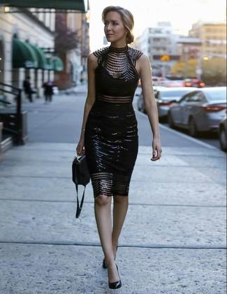 Elige un vestido ajustado de encaje con adornos negro para cualquier sorpresa que haya en el día. Dale un toque de elegancia a tu atuendo con un par de zapatos de tacón de cuero negros de Chie Mihara.