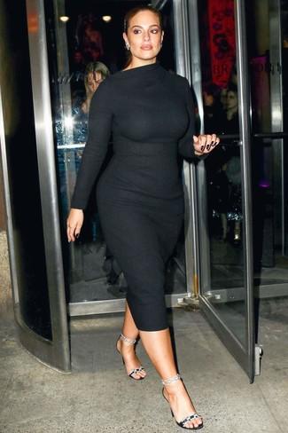 Cómo combinar: vestido ajustado de lana negro, sandalias de tacón de satén con adornos negras, pendientes plateados