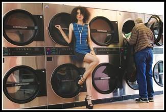 Cómo combinar: vestido ajustado de rayas horizontales azul, sandalias con cuña de cuero negras, colgante dorado