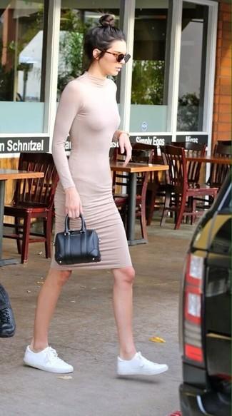 Look de Kendall Jenner: Vestido Ajustado en Beige, Tenis de Lona Blancos, Cartera de Cuero Negra