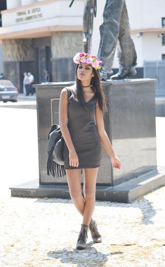 Cómo combinar: vestido ajustado en gris oscuro, botas planas con cordones de cuero grises, bolsa tote de cuero con adornos en gris oscuro, cinta para la cabeza con print de flores rosada