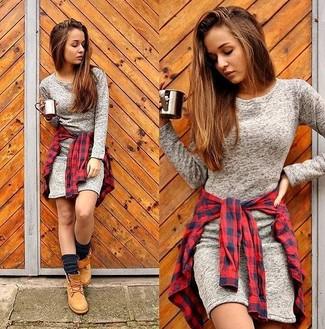 Cómo combinar: vestido ajustado gris, camisa de vestir de cuadro vichy en rojo y azul marino, botas planas con cordones de nubuck marrón claro