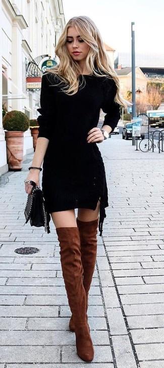 Cómo combinar: vestido ajustado de punto negro, botas sobre la rodilla de ante en tabaco, bolso bandolera de cuero acolchado negro, reloj de cuero negro
