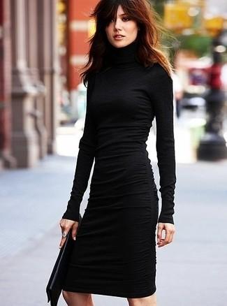 Cómo combinar: vestido ajustado negro, cartera sobre de cuero negra