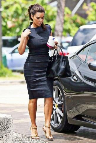 Look de Kim Kardashian: Vestido Ajustado Negro, Sandalias de Tacón de Cuero Doradas, Bolsa Tote de Cuero Negra