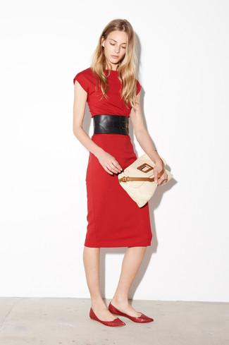 Cómo combinar: vestido ajustado rojo, bailarinas de cuero rojas, bolso bandolera de cuero en beige, cinturón de cuero negro