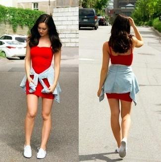 Cómo combinar: vestido ajustado rojo, camisa vaquera celeste, tenis de lona blancos