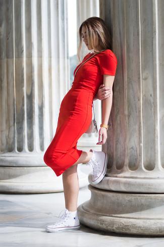 Cómo combinar: vestido ajustado rojo, zapatillas altas de lona blancas, bolso bandolera de cuero blanco, reloj dorado