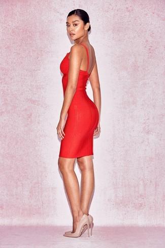 Cómo combinar: vestido ajustado rojo, zapatos de tacón de cuero en beige