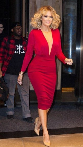 Cómo combinar: vestido ajustado rojo, zapatos de tacón de cuero marrón claro