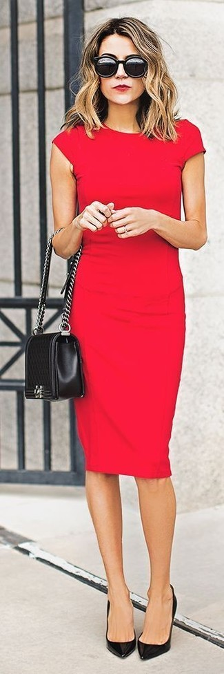 Usa un vestido ajustado rojo para una vestimenta cómoda que queda muy bien junta. ¿Te sientes valiente? Opta por un par de zapatos de tacón de cuero negros.