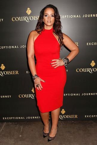 Cómo combinar: vestido ajustado rojo, zapatos de tacón de ante con adornos negros, pulsera negra, anillo negro