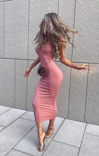 Cómo combinar: vestido ajustado rosado, sandalias de tacón de cuero plateadas, cartera sobre de cuero en marrón oscuro, gafas de sol rosadas