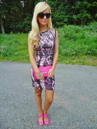 Cómo combinar: vestido ajustado con print de serpiente rosado, sandalias de tacón de cuero rosa, cartera sobre de cuero rosa, gafas de sol negras