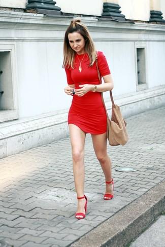 Cómo combinar: vestido ajustado rojo, sandalias de tacón de ante rojas, bolso bandolera de ante marrón claro, colgante dorado