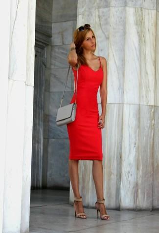Cómo combinar: vestido ajustado rojo, sandalias de tacón de ante en beige, bolso bandolera de cuero gris, gafas de sol en marrón oscuro