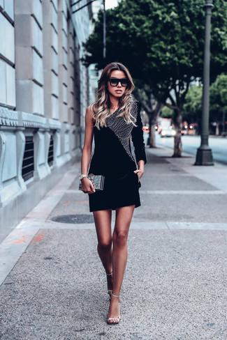 Cómo combinar: vestido ajustado de terciopelo con adornos negro, sandalias de tacón de cuero con adornos plateadas, cartera sobre dorada, gafas de sol negras