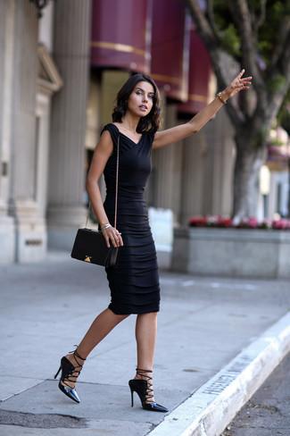 Considera emparejar un vestido ajustado negro con un reloj dorado de mujeres de Diesel para una apariencia fácil de vestir para todos los días. ¿Por qué no añadir sandalias romanas de cuero negras a la combinación para dar una sensación más relajada?