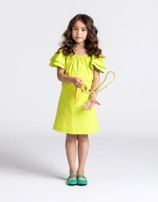 Cómo combinar: vestido amarillo, bailarinas verdes