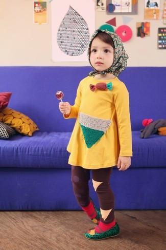 Cómo combinar: vestido amarillo, leggings marrónes, bailarinas verdes, calcetines rojos
