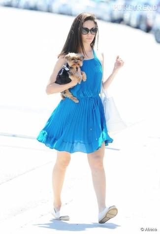 Cómo combinar: vestido amplio azul, alpargatas blancas, bolsa tote de cuero blanca