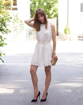 Cómo combinar: vestido amplio de seda blanco, zapatos de tacón de ante negros, cartera sobre dorada, pulsera dorada