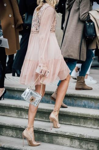 Cómo combinar: vestido amplio con adornos en beige, zapatos de tacón de satén marrón claro, bolso bandolera de cuero plateado
