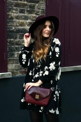 Cómo combinar: vestido amplio con print de flores en negro y blanco, bolso bandolera de cuero burdeos, sombrero de lana burdeos
