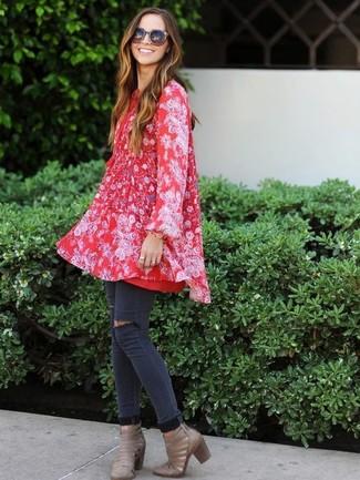 Cómo combinar: vestido amplio con print de flores rojo, vaqueros pitillo desgastados en gris oscuro, botines de cuero con recorte grises