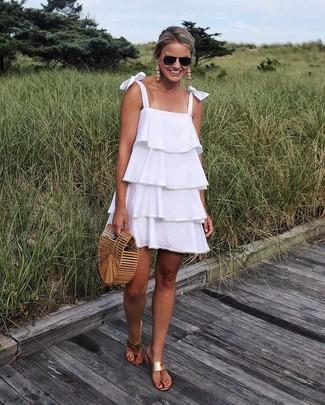 Cómo combinar: vestido amplio con volante blanco, sandalias de dedo de cuero marrón claro, cartera sobre de paja marrón claro