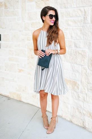 Este combo de un vestido amplio de rayas verticales en blanco y negro y una cartera sobre de cuero verde oscuro te permitirá mantener un estilo cuando no estés trabajando limpio y simple. Sandalias de tacón de ante marrón claro levantan al instante cualquier look simple.