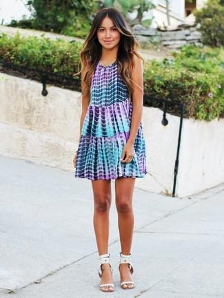 Cómo combinar: vestido amplio efecto teñido anudado violeta claro, sandalias de tacón de cuero con tachuelas blancas