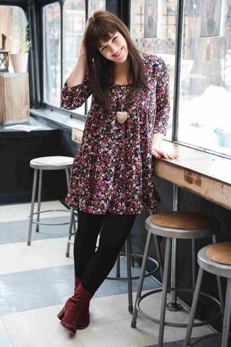 Cómo combinar: vestido amplio con print de flores negro, botines de ante burdeos, colgante dorado, medias de lana negras