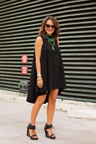 Vestido negro con sandalias negras