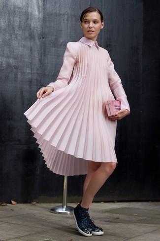 Cómo combinar: vestido amplio rosado, tenis de cuero negros, cartera sobre rosada