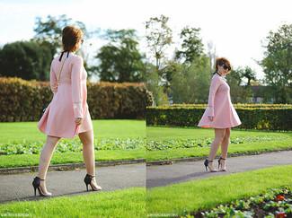 Cómo combinar: vestido amplio rosado, sandalias de tacón de cuero en negro y marrón claro, bolso bandolera de cuero celeste, gafas de sol negras