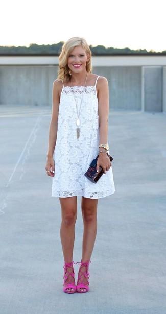 Cómo combinar un anillo blanco: Intenta ponerse un vestido amplio de encaje blanco y un anillo blanco transmitirán una vibra libre y relajada. Sandalias de tacón de ante rosa son una opción muy buena para completar este atuendo.