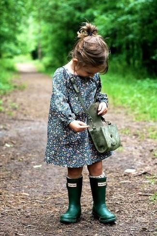 Cómo combinar: vestido azul marino, botas de lluvia verde oscuro