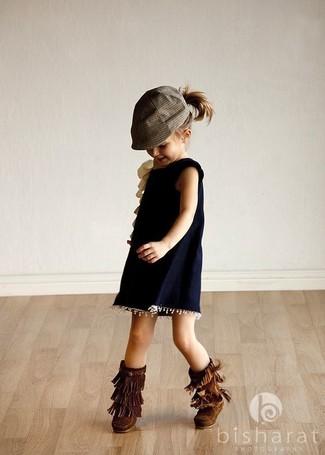 Cómo combinar: vestido azul marino, botas ugg en marrón oscuro