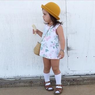 Cómo combinar: vestido con print de flores blanco, sandalias en marrón oscuro, sombrero mostaza, calcetines blancos