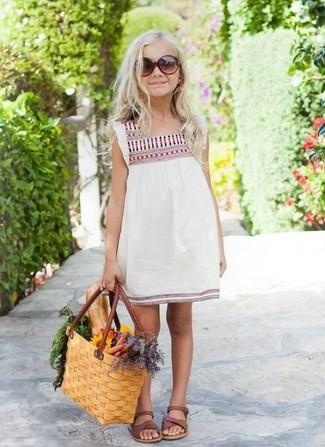 Cómo combinar: vestido bordado blanco, sandalias marrónes