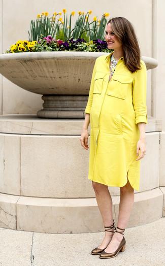 Cómo combinar: vestido camisa amarilla, zapatos de tacón de cuero dorados, collar en multicolor