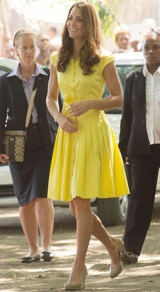 Cómo combinar: vestido camisa amarilla, zapatos de tacón de cuero en beige