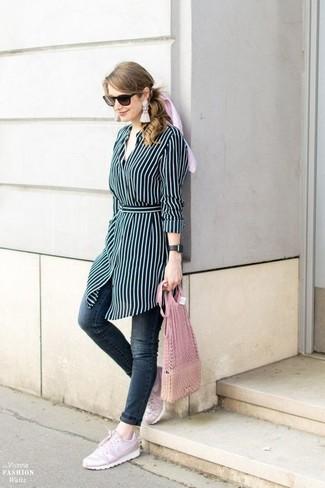 Cómo combinar: vestido camisa de rayas verticales azul marino, vaqueros pitillo en gris oscuro, tenis rosados, pendientes con cuentas blancos
