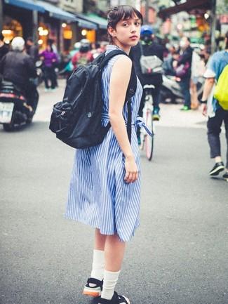 Cómo combinar unos calcetines blancos: Muestra tu lado lúdico con una vestido camisa de rayas verticales azul y unos calcetines blancos. Sandalias planas de lona negras son una opción excelente para completar este atuendo.